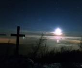 Nádherný výhled na okolní noční krajinu a mraky pod námi, shora osvětlenými zapadajícím Měsícem.