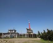 Denní pohled na meteorologickou stanici a vysílač